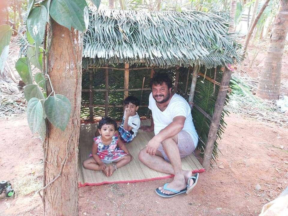 ലോക്ക്ഡൗൺ: മക്കൾക്ക് കുടിൽ നിർമിച്ചു നൽകി ഈ ഹാസ്യനടൻ