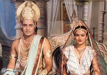 ഗൃഹാതുര ഓർമ്മകൾ ഉണർത്തി 'രാമായണ' താരങ്ങളുടെ ചിത്രം പങ്കുവെച്ചു 'സീത'